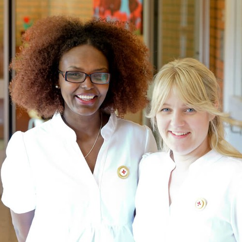 Roo Hemtjänst & Vård grundades och drivs av två Röda Korssjuksköterskor