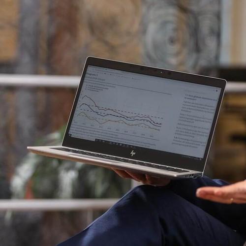 Närbild på laptop med olika grafer på skärmen.